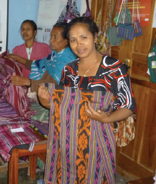 Georgina displaying traditional Venilale tais and ladies from Feto Ba Dame sewing group selling their products to visiting tourists.